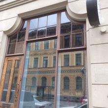 ikkunakalvot -Kirkas kalvo alaosan laseissa ja 70% kalvo yläosassa häikäisyn estoon.