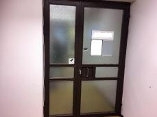 Ikkunakalvolla suojaa: peilikalvo oven ulkopuolella toimistossa.