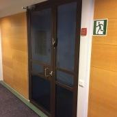Ikkunakalvo: Peilaavan kalvon sisäpuoli toimistossa, näkösuoja, yksityisyys, turva