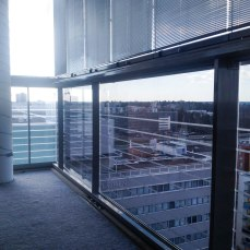 70% ikkunakalvo: Auringonsuojakalvotus parvekkeen kaiteeseen, Espoo