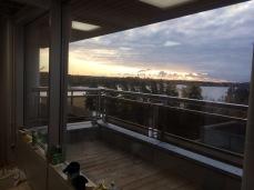 Toimistotilat: Ikkunakalvo kirkas, heijastava auringonsuojakalvo alaosan ikkunoissa suojaamaan auringon haitalliselta UV-säteilyltä ja kuumuudelta