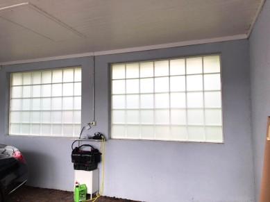 Näkösuoja huurrekalvolla autotalliin_ikkunakalvo