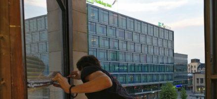 Miten viilentää toimisto? Kirkas auringonsuojakalvo liiketilassa suojaamassa kuumuudelta - asennushommissa!