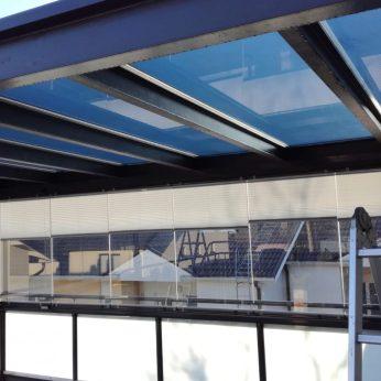 Peilaava auringonsuojakalvo terassin katolla suojaamassa kuumuudelta ja UV-säteilyltä.