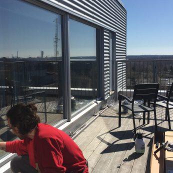 Kirkas auringonsuojakalvot kattoterassin laseihin viilentämään asuntoa - asennushommissa!