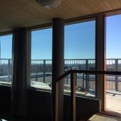 Auringonsuojakalvo, kirkas ikkunakalvo suojaamaan kuumuudelta, Helsinki.