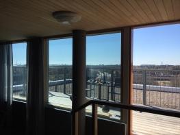 Miten viilentää asuntoa? Kirkas auringonsuojakalvo kattoterassin ikkunoissa (sisältä)- suojaa kuumuudelta.